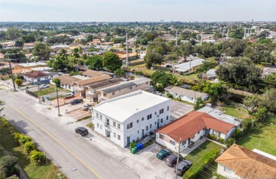 Multifamily Home in Tamiami